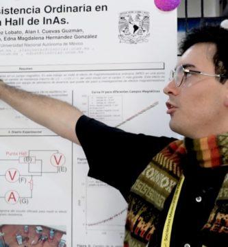 alejandro lobato en congreso de física